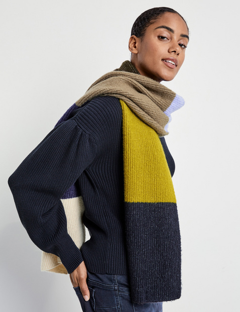 Knit scarf with colour blocking