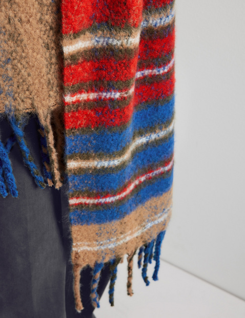 Fluffy scarf with a check pattern