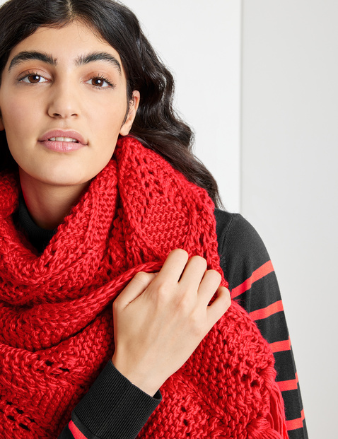 Knitted scarf with fringing