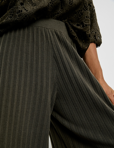 Wide-cut knitted trousers with plissé pleats