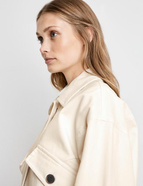 Short jacket with flap pockets