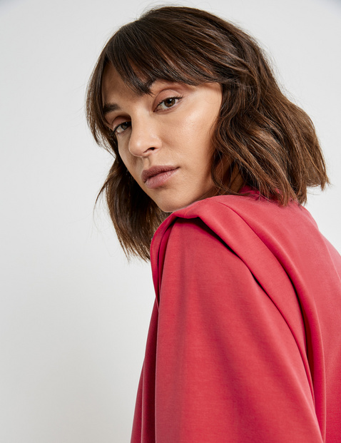 Sweatshirt with accentuated shoulders