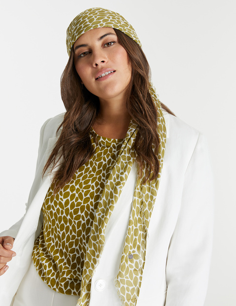 Triangular scarf with an all-over print
