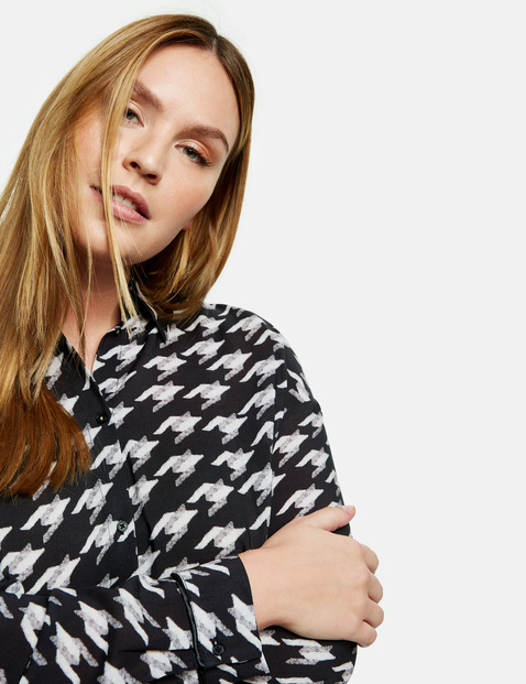 Shirt blouse with a houndstooth pattern