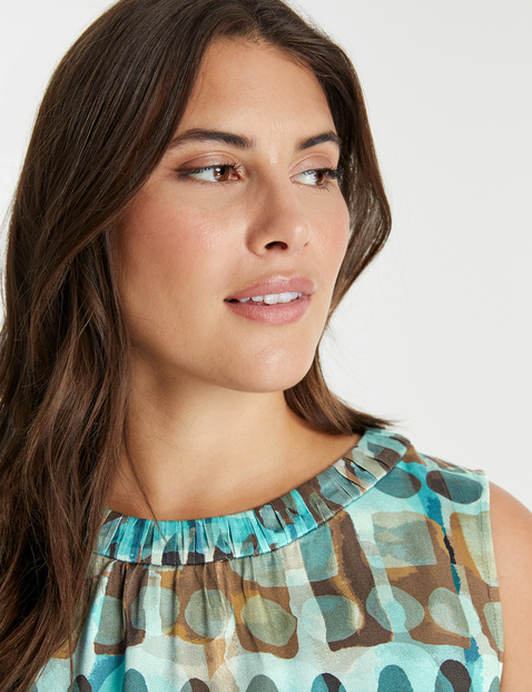 Sleeveless blouse with an all-over print