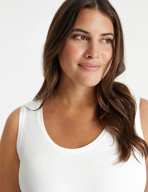 Basic top with a rounded hem