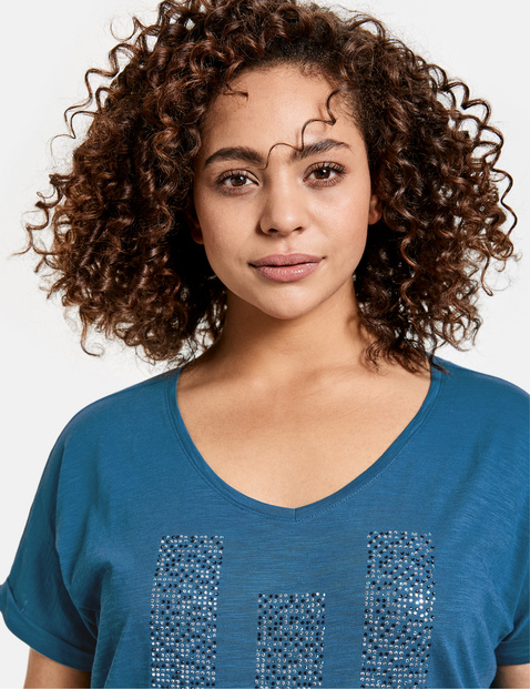 Casual top with decorative rhinestones; made from GOTS-certified organic cotton