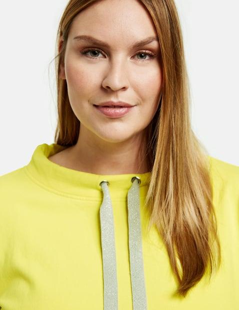 Sweatshirt with a drawstring