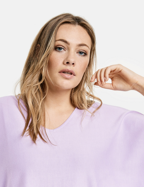 Oversized jumper with an asymmetric hem