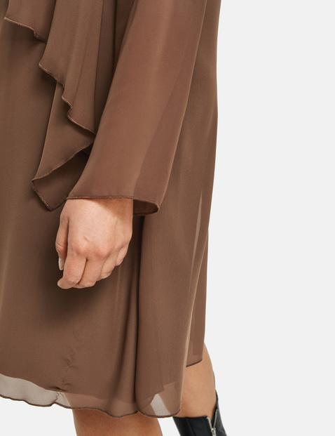 Szyfonowa sukienka w warstwowym stylu