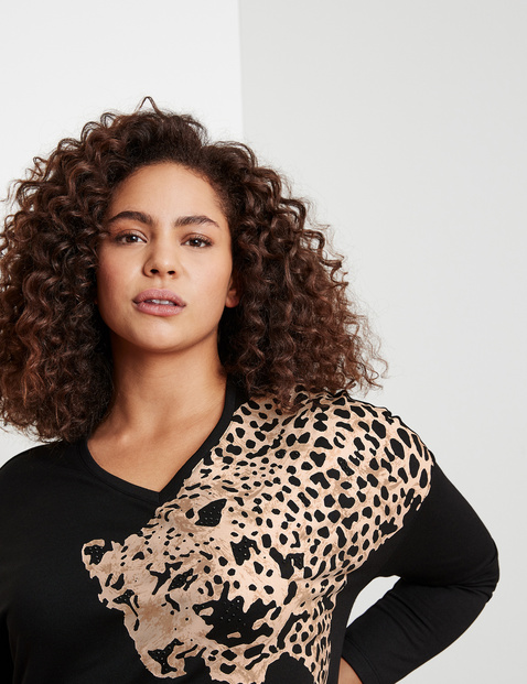Sweatshirt with a leopard motif
