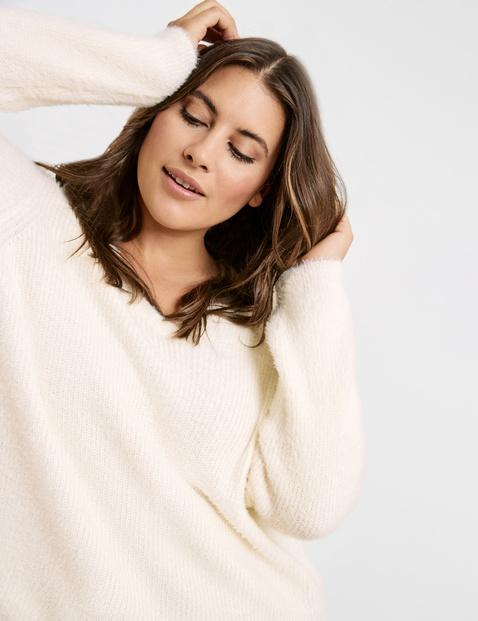 Sweter z dekoltem w serek z pierzastej przędzy