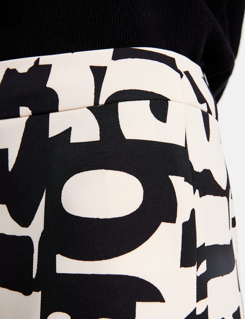 Skirt with a graphic pattern