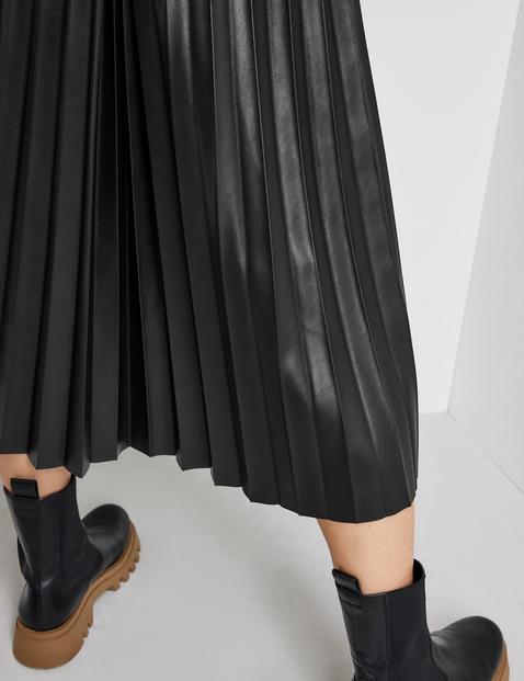 Swirling pleated skirt