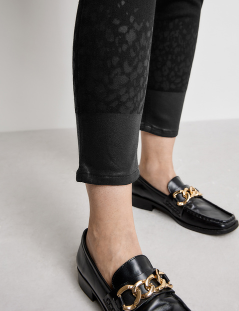 Jeans with a shiny finish at the hem