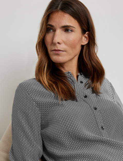 EcoVero blouse with a contrasting pattern