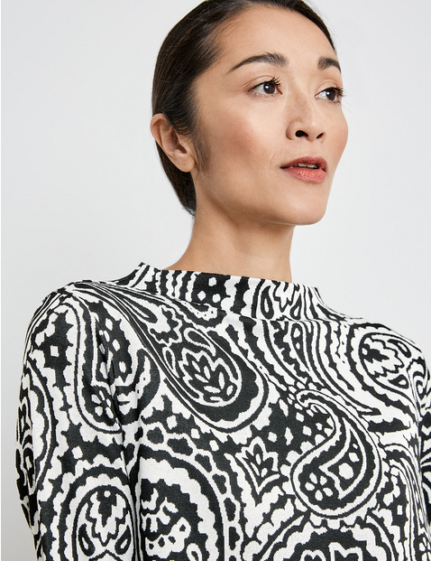 Top with a lift-up collar and 3/4-length sleeves