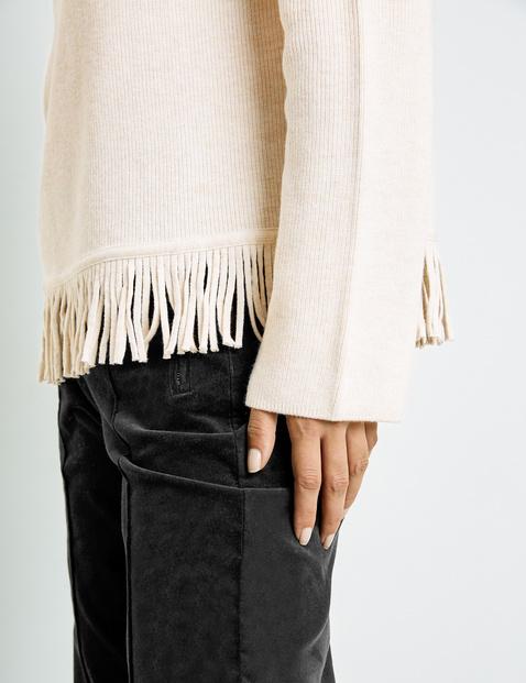 Sweter z frędzlami na dole