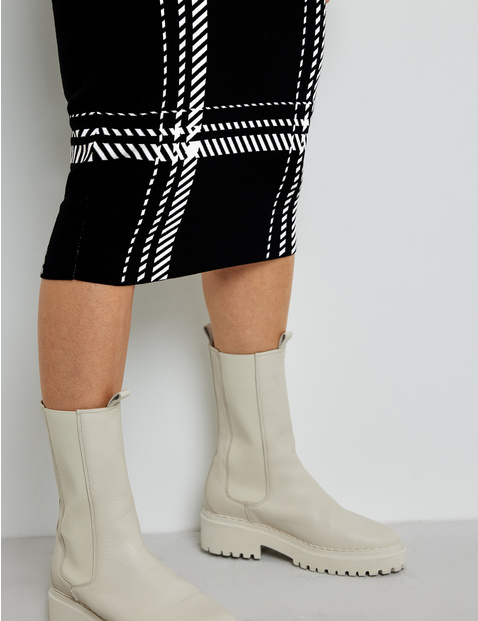 Knit skirt with a check pattern