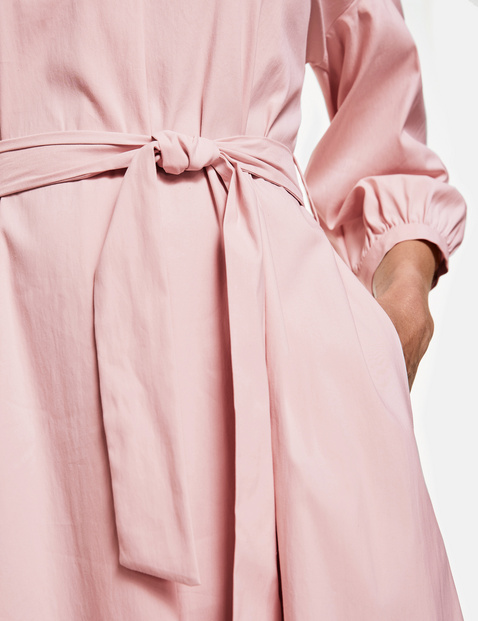 Bluzkowa sukienka z wiązanym paskiem