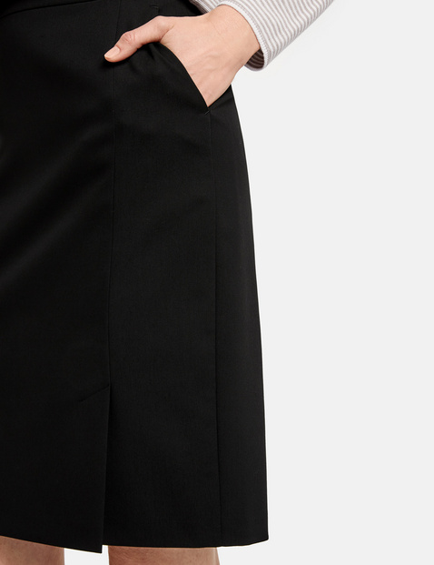 Skirt with a slit on the front section