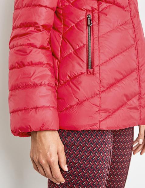 Licht getailleerde gewatteerde jas